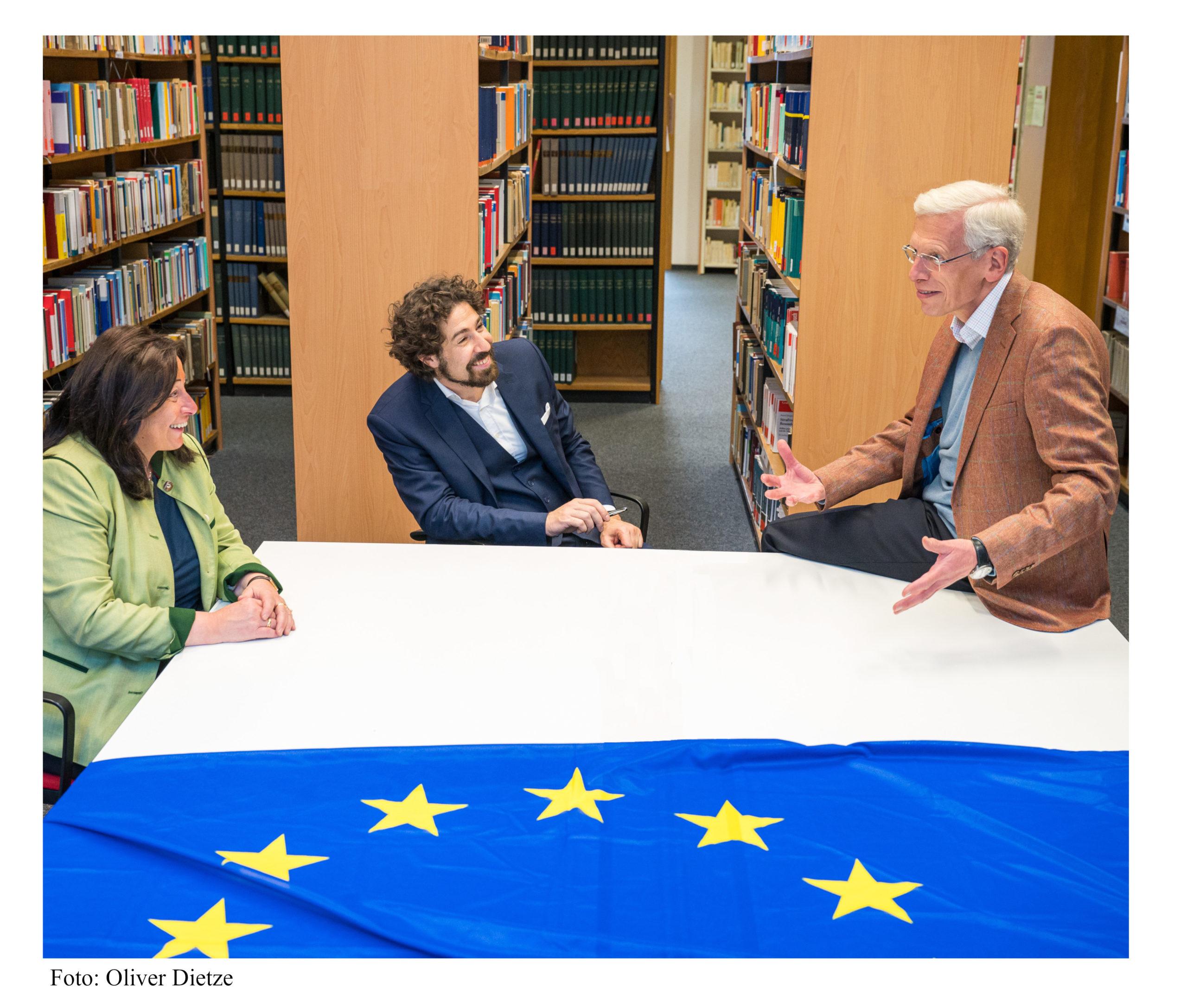 Der Vorstand des RZE, bestehend aus den Professoren Chiusi, Cossalter und Giegerich, unterhält sich angeregt